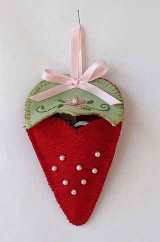 Strawberry Scissor Keep ~ free pattern at Red Brolly