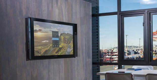 Microsoft a prezentat Surface Hub, un display de 84 inch, 4K și care rulează Windows 10, acesta fiind dedicat zonei enterprise.
