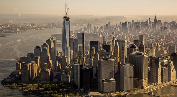 «Le World Trade Center redevient la plus haute tour d'Occident», clame Le Parisien, tandis que France TV Info présente «le plus haut bâtiment des Amériques» après l'installation au sommet du nouveau One World Trade Center d'une flèche qui hisse le bâtiment à 541 m de hauteur, quatorze mètres plus haut que la Willis Tower à Chicago et près de 130 mètres plus haut que les anciennes tours.
