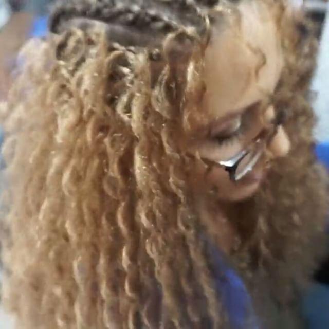 Kısa bir afro dalgası videosu çektim. En azından biraz bilginiz olsun. Anlatmakta zorlanıyorum ���� Asıl büyük videoyu yakında youtube kanalımda yayınlayacağım �� Sorunlarınızı o videoya saklayın �� Herkese mutlu günler. . . . . . #afrodalgasi #afrikaorgusu #sacmodelleri #saç #ersinkose #kuafor #bakim #beauty #makeupblogger #makeup #cosmetic http://turkrazzi.com/ipost/1521146439605888073/?code=BUcMqCgDyRJ