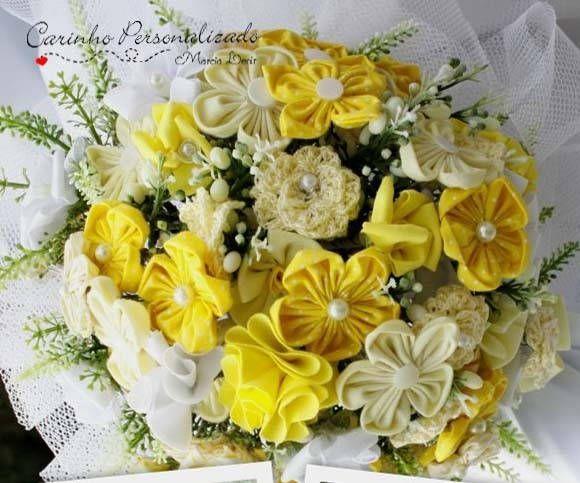 Buquet de noiva com 60 florzinhas de fuxico e miolo de pérolas. Medida do buquet: (observe que uma das fotos tem a medida) Arco: +ou- 41 cm Altura: 27 cm R$ 190,00