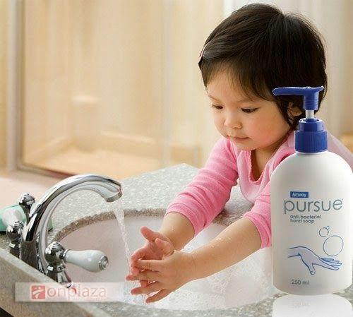 Công thức 4 trong 1: làm sạch, tẩy trùng, dưỡng ẩm và kháng khuẩn.  Tạo nhiều bọt, hương thơm dễ chịu.  Công thức có thành phần dưỡng ẩm chiết xuất từ ngô (bắp) và dừa, nhẹ nhàng làm sạch và giữ ẩm cho tay.