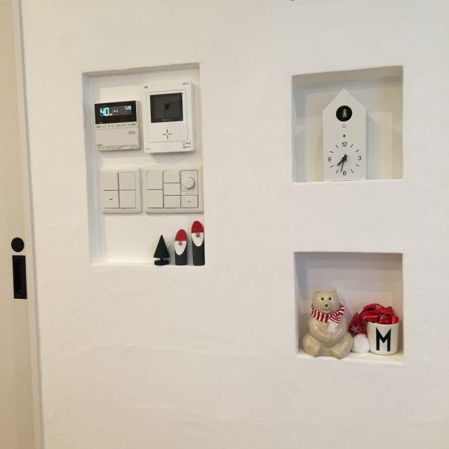 sakuayuさんの、漆喰,ニッチ,しろくま貯金箱,無印良品,鳩時計,デザインレターズ,棚,のお部屋写真