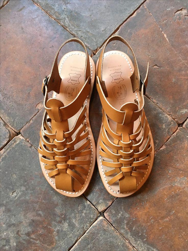 Vores traditionelle læder sandaler til herre og damer fra La Botte Gardiane. Skal gåes til så læderet former sig efter dine fødder. Findes kun i vores butik i Helsingør #labottegardiane