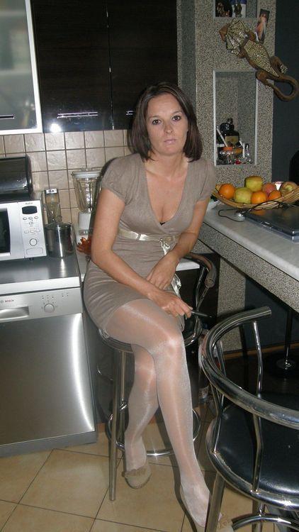 Leg crossing and strutting in 7 inch stripper heels