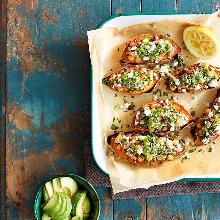 Gepofte zoete aardappel met feta, kikkererwten & spekjes ingredienten - Jamie magazine