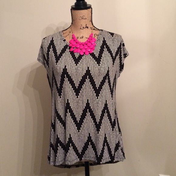 """💝[FOREVER 21] Chevron top 💝 💝 Cute Forever 21 Chevron top // size S // great paired with leggings or skinnies // longer in the back // back measures 27"""" // front measures 25"""" // has some minor piling // priced accordingly 💝 Forever 21 Tops Blouses"""