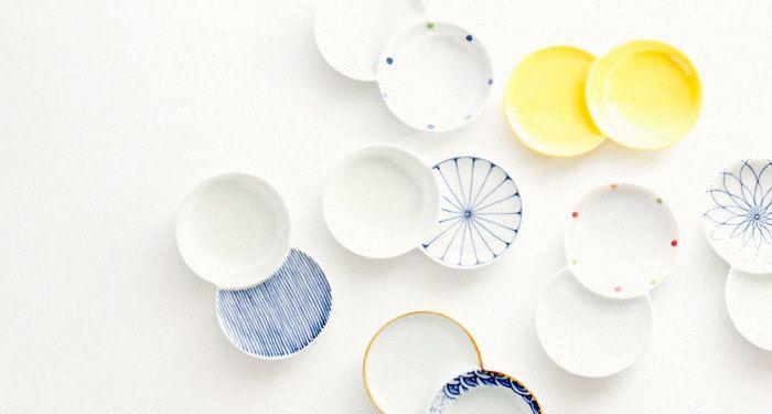 豆皿とは、手のひらにのる直径6~10センチ程度の小皿のこと。この大きさのお皿は食事の時に塩を盛ることが多かったので、手塩皿とも呼ばれています。 丸形だけではなく、多角形のものや、お花や魚など、バリエーション豊かな見た目が楽しいです。 色付けも、モダンなものからカラフルなものまで様々。小ぶりながらも一皿一皿に個性が溢れています。 職人さんや産地のこだわりが詰まった豆皿は、見ているだけでうっとり。