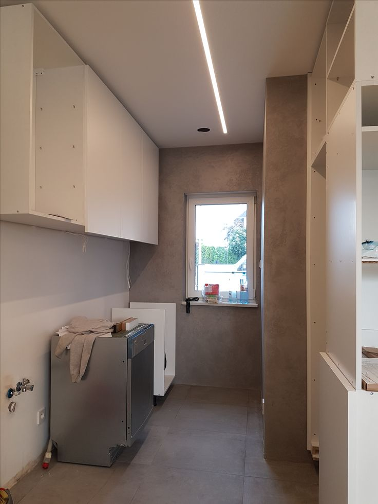 profile ledowe wbudowane w sufit podwieszany  oraz masa betonowa na ścianach