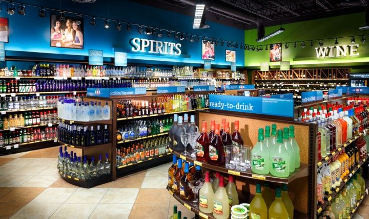 ABC Fine Wine Spirits shop by api plus Ocala Florida Adrian: lineal donde se aprecian distintos tipos de productos pero una buena organización de la tienda