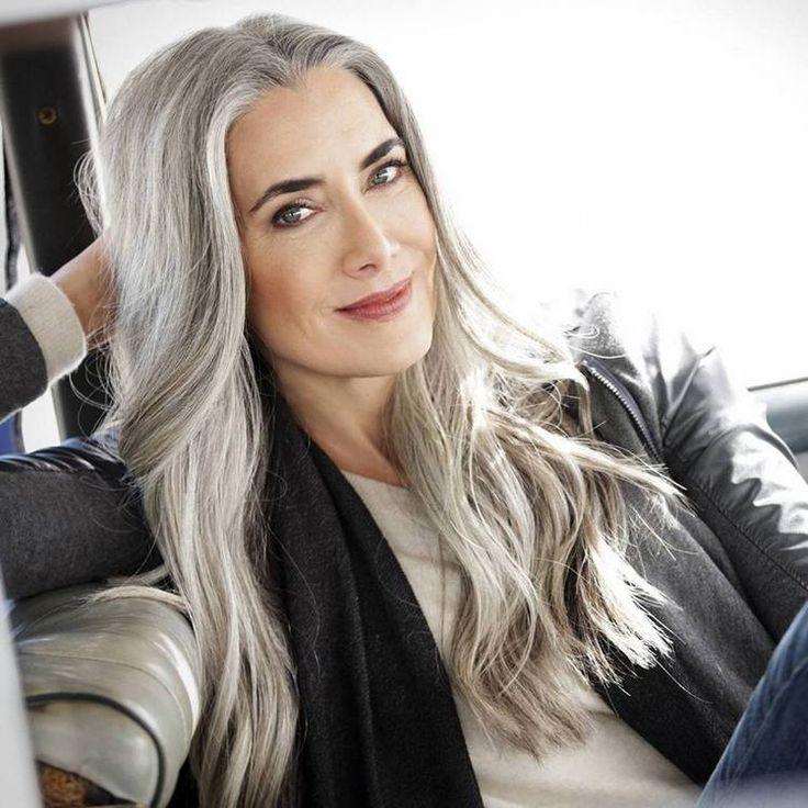 Cabelos Brancos Mesmo quem gosta da ideia de assumir os cabelos grisalhos, fica apavorada com a simples possibilidade de deixar o cabelo crescer e ver a raiz grisalha ganhar cada vez mais destaque. E com razão, afinal isso pode ser interpretado como desleixo.