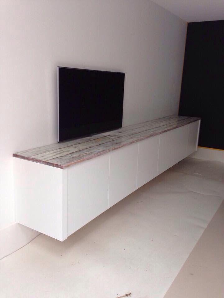 Zwevend dressoir van eiken met epoxy bovenblad. Gemaakt voor de tv uitzending VT Wonen op SBS6.