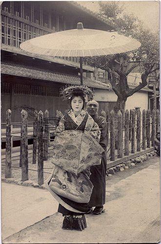 Eine Oiran in Kyot mit Schirmträger // An Oiran in Kyoto, accompanied by an attendant.