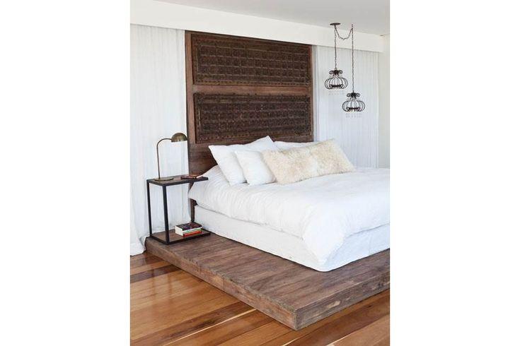 Señorial: una tarima de madera rústica eleva la cama para dominar las perspectivas y darle una nota regia.  /Magalí Saberian