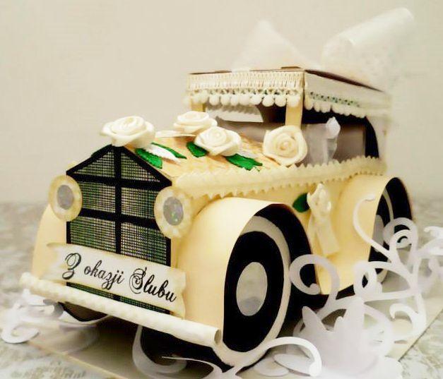 Samochód dla nowożeńców. W dachu auta wiersz :)