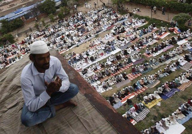 «Кто совершил полное омовение, вышел пораньше на пятничную молитву, занял место поближе к имаму, и внимательно слушал, тому за каждый проделанный им шаг будет засчитан год непрерывного выстаивания молитвы и соблюдения поста» (Ахмад).  http://ru.islamkingdom.com/Уроки-ислама/Поклонение/Пятничный-день-(йаум-уль-Джума)