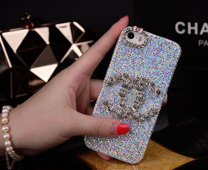 可愛いシャネルCCログiphone6ケースは シャネルブランド品がiPhone6と相まって、言葉で表現できない高級感を作り出します。二つ種類ダイヤモンドがあり、豪華感が増えて、目が引いたシャ ネルCCログiphone6ケースと思います。カメラ穴に可愛い輝い蝶結びが付き、ダイヤモンドの涼しい肌ざわりがココロを慰めてくれます。夏に最適な保 護ケースですよ。光沢がチェコダイヤモンドを飾っているこのシャネルCCログiphone6plusケースは装着したままのカメラ撮影やケーブル接続、音量調整も可能です。操作無障害!