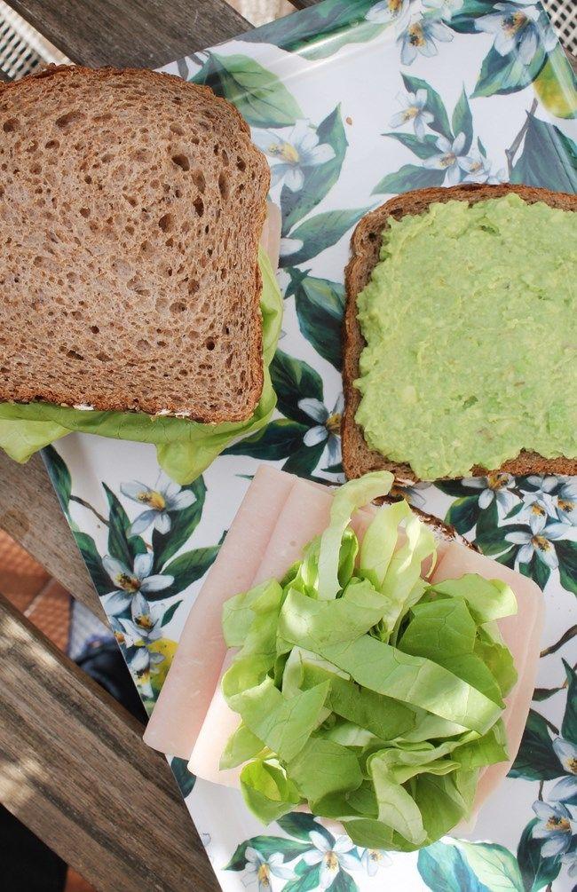 Receta para un delicioso sándwich de pavo y queso con crema de aguacate