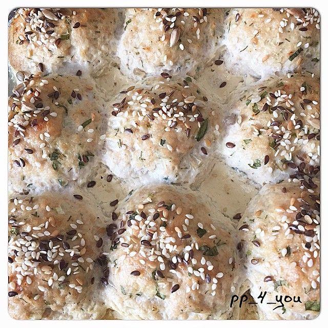 Сегодня на обед не просто курогрудь, а вот такие вот котлетки из фарша индейки в йогуртовом соусе. Поэтому, решила их вам показать А то все кексы, да снова кексы у меня  1 кг фарша индейки  180 гр пастообразного творога (1 пачка)  1 яйцо + 1 белок  1 маленькая луковичка (мелко нашинковать)  2 ст ложки овсяных отрубей  соль, перец, специи, зелень по вкусу  Для соуса: 150 мл маложирного натурального йогурта смешать с чайной ложкой горчицы, специями, зеленью и т.д.
