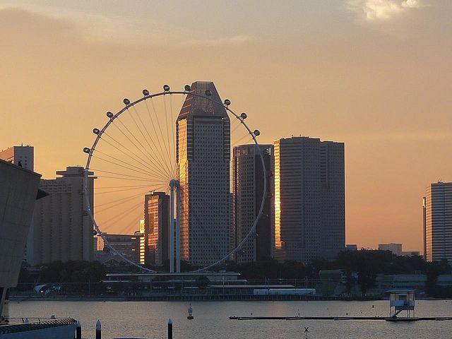 menjelang senja, naikilah ke Singapore Flyer, mari kita lihat betapa menakjubkannya matahari tenggelam dari singapore flyer yang mengagumkan! #SGTravelBuddy