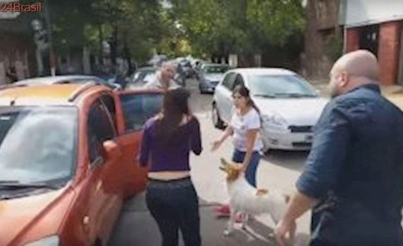 Mulher é repreendida por motoristas ao tentar abandonar cão