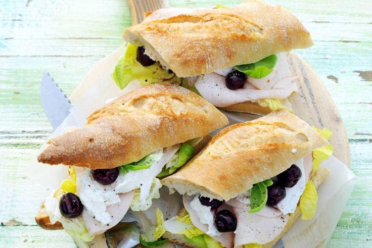 Kijk wat een lekker recept ik heb gevonden op Allerhande! Stokbrood met mozzarella, kip & kersen