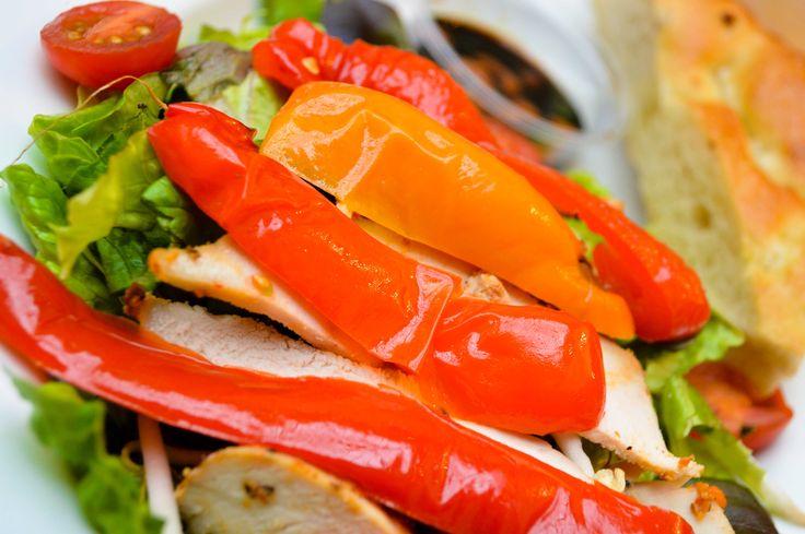 #Salade Kip Cajun. Huisgemaakt met gemarineerde en gebraden #kip met Cajunkruiden, #tauge, gegrilde #paprika, oosterse chilli dressing met #cashewnoten en pane naturel