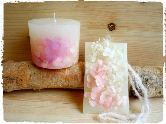 春を彩る「桜」をイメージした、ボタニカル・アロマキャンドルとワックスバーのセットです。白~ピンクのグラデーションが美しいアジサイを使い、小さなお花見のような、... ハンドメイド、手作り、手仕事品の通販・販売・購入ならCreema。