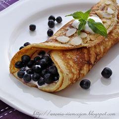 Migdałowe naleśniki z jogurtowym nadzieniem z dodatkiem likieru migdałowego i świeżymi jagodami.