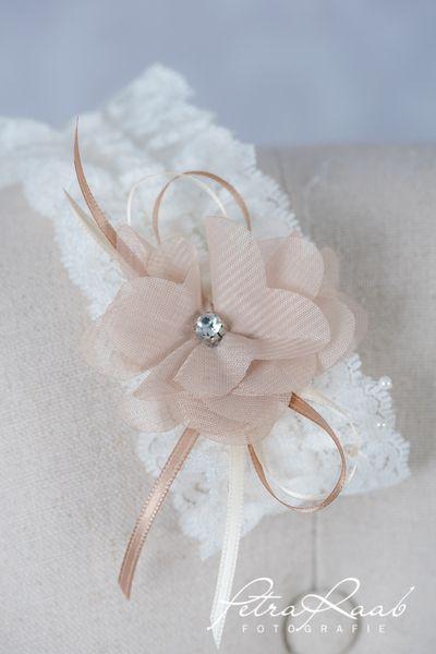 Strumpfbänder - Strumpfband aus Spitze mit feiner Chiffonblüte St5 - ein Designerstück von Perle-Wismer bei DaWanda