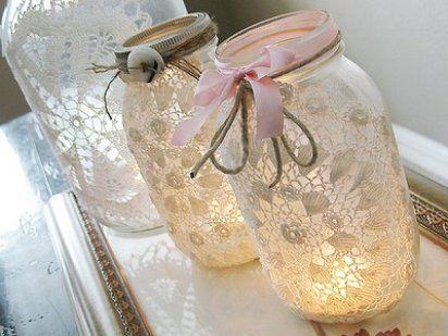 Reciclaje de tarros de cristal decorados con encajes y puntillas y utilizado a modo de portavelas.