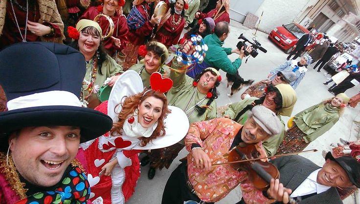 καρναβάλι στη Σύρο με μία από τις πιο κεφάτες παρέες του νησιού!!! Την ομάδα των πεζοπόρων Σύρου και το Α.. τσιγγανόκαστρο... παρέα!!!! Αχχχχ μπαμπη!!!  (φωτό Γιώργος Ρούσσος)