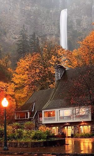 A rainy evening at Multnomah Falls and Lodge in the Columbia River #Gorge near Portland, #Oregon