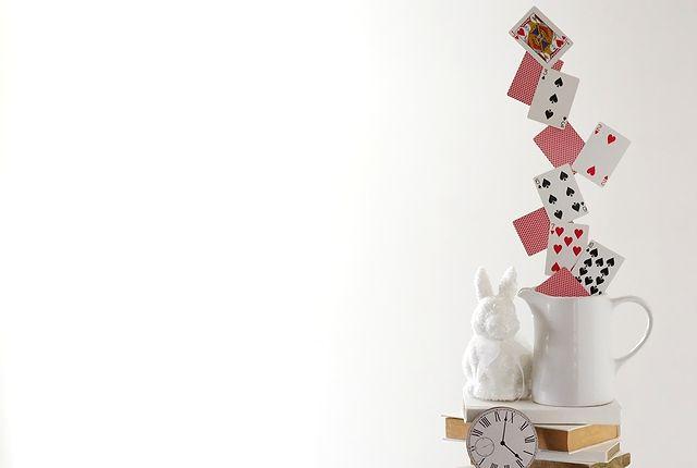 不思議の国のアリスをテーマにした結婚式やパーティーにぴったりな手作りセンターピースの作り方