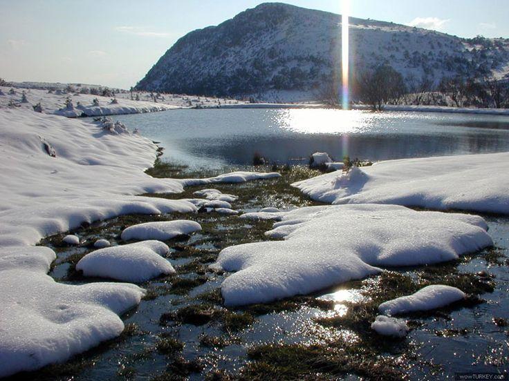 Spil Dağı Milli Parkı-Ege Bölgesi'nde, Manisa ili içindeki Spil Dağı üzerinde yer almaktadır. Manisa'dan 24 km' lik bir karayolu ile ulaşılmaktadır.  pil Dağı Milli Parkı değişik jeolojik oluşumlar, zengin flora ile tarihi ve mitolojik özelliklerin bir arada, doğal ve kültürel peyzajın en güzel örneklerinin sergilendiği bir sahadır. Ağlayan Kaya, Dulkadın mevkiindeki eskiden yerleşim yeri olarak kullanılan mağaralar ilgi çekici ve görülmesi gereken diğer özelliklerdir.