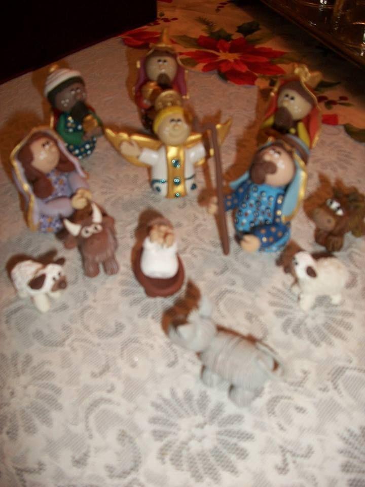 nacimiento con reyes magos, mula, buey y ovejas.