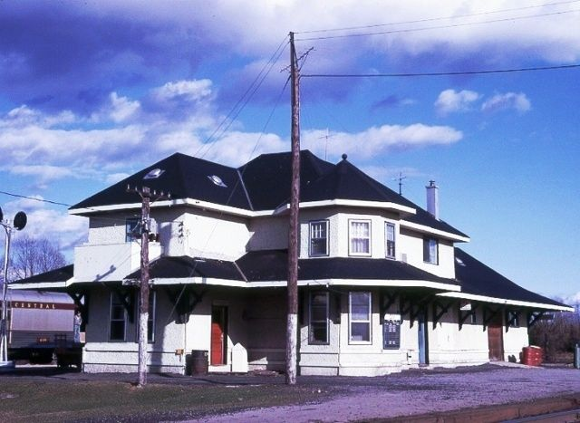 OBA, Ontario - Canadian National Railways depot - Most prominent is the two-story corner tower, a six-sided structure divided horizontally by the first floor eaves and covered by a polygonal roof.