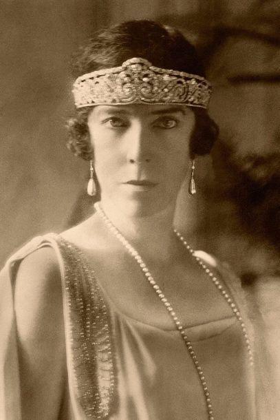 """Zu Beginn des 20. Jahrhunderts war Cartier wahrlich """"Der Juwelier der Könige und König der Juweliere"""" wie King Edward VII das Haus nannte. Das belegen allein 15 Bescheinigungen aus den Jahren 1904 bis 1939, die Cartier als offizieller Hoflieferanten königlicher Haushalte ausweisen. Von Marie von Rumänien über die britische Queen Alexandra bis hin zur belgischen Königin Elisabeth (hier im Bild) reicht die Namensliste der Kundinnen aus dieser Zeit. © Cartier"""