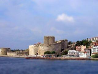 Kilitbahir Fortress ( Castle ) Kilitbahir Castle (Turkish: Kilitbahir Kalesi) is a fortress on the west side of the Dardanelles, opposite the city of Çanakkale http://gallipolitourguide.net/gallipoli/67-kilitbahir-fortress.html