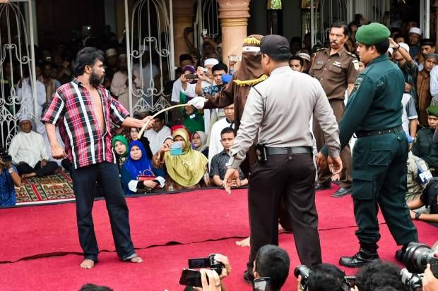 Menonton Hukum Cambuk Pelaku Judi di Aceh