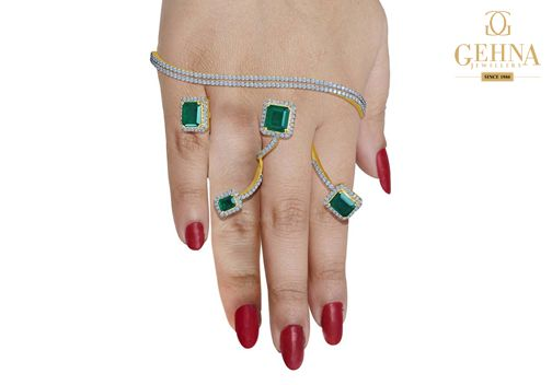 The exquisite combination of emeralds and diamonds with gold will make any outfit dazzle.