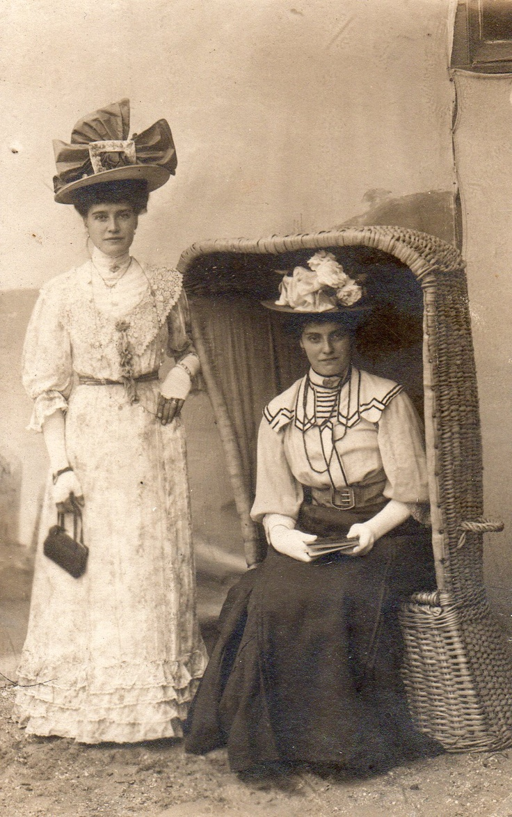 Mijn oma, zittend in de strandstoel, en haar zus ernaast staand.  My grandmother, sitting in the chair, and her sister standing next to her.  +/- 1910-1915