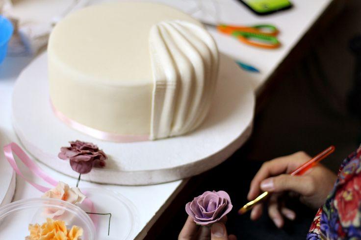 torta de novios y flor