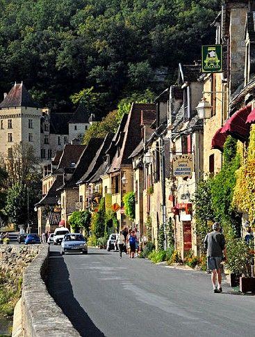 La Roque-Gageac est situé en plein Périgord Noir, non loin de Sarlat. Cette ancienne place forte médiévale, qui fait aujourd'hui partie des Plus Beaux Villages de France, se reflète dans les eaux de la Dordogne. Elle abrite de belles demeures Renaissance et plusieurs jardins à découvrir.