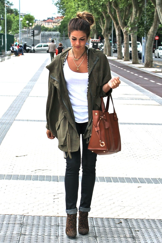 Olive khaki parka, white tank, skinny jeans, leopard ankle boots, Awesome big whiskey leather bag!