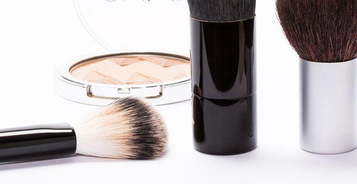 Minerale make-up, je hebt er vast weleens van gehoord. Het is niks anders dan make-up gemaakt van natuurlijke pure mineralen die geen allergische reactie veroorzaken, de poriën verstoppen of de huid beschadigen. Minerale make-up is in veel soorten verkrijgbaar, concealers, foundation, oogschaduw, blusher, maar ook in vloeibare foundation en lippenstift. Minerale make-up is vrij van chemische stoffen. Ingrediënten als synthetische oliën, siliconen, parfum, alcohol, kunstmatige kleurstoffen en…
