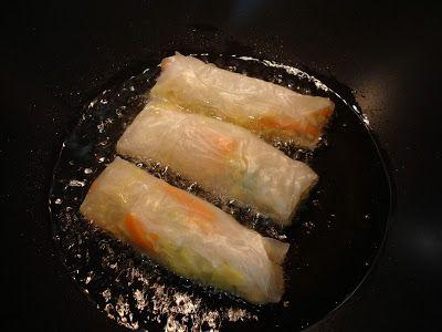 La ricetta degli involtini vietnamiti vegetariani è particolare e sfiziosa. Croccanti cialde di riso avvolgono un ripieno a base di verdure e spaghetti di soia ricco e gustoso. Un piatto perfetto per gli amanti dei cibi etnici.