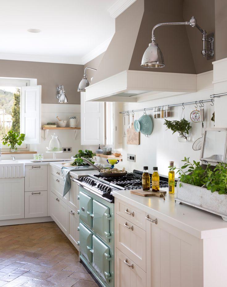 00455007 O. Cocina blanca con campana de obra. Pintura marrón, cocina retro de color menta y colador a juego 00455007 O