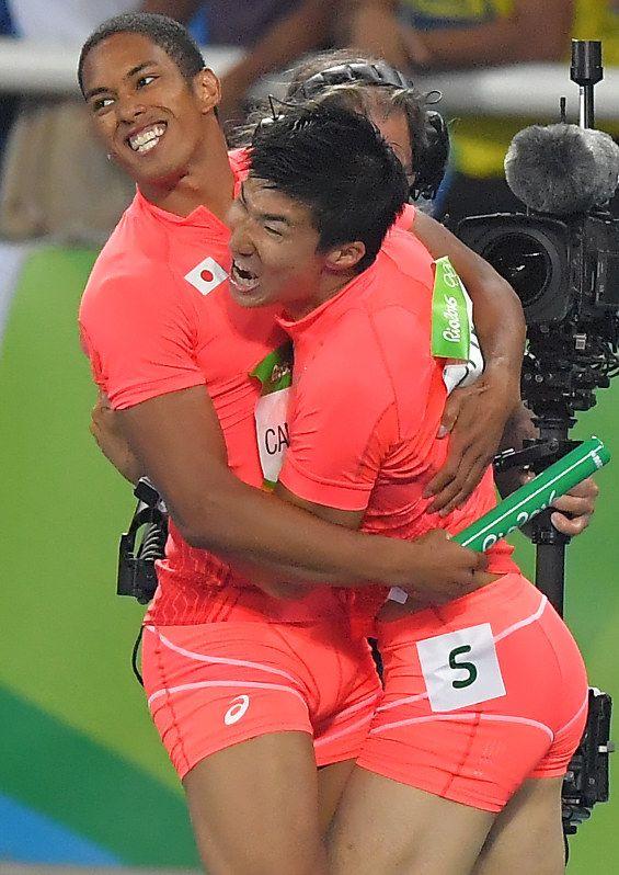 陸上男子400メートルリレーで銀メダルを獲得し、喜ぶ桐生祥秀選手とケンブリッジ飛鳥選手。リオデジャネイロオリンピック・リオ五輪 2016