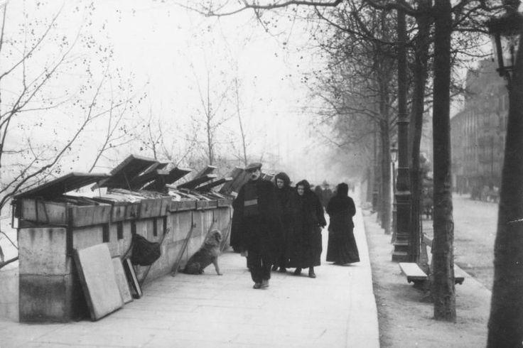 Les Bouquinistes sur les quais , Paris 1900 .